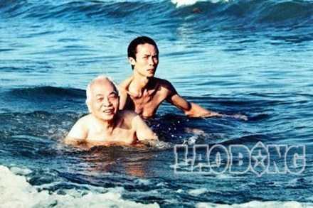 Đại tướng bơi rất đều đặn.