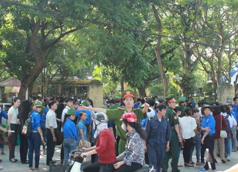 Cảnh sát phân luồng giao thông trước cổng tư gia Đại tướng Võ Nguyên Giáp. Ảnh: Nguyễn Dũng