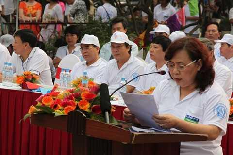 Bà Nguyễn Thị Bích Ngọc, Phó Chủ tịch UBND TP. Hà Nội, Trưởng Ban chỉ đạo Giải chạy đọc diễn văn khai mạc