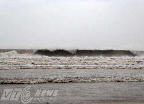 Những con sóng cao từ 3-4m bắt đầu xuất hiện