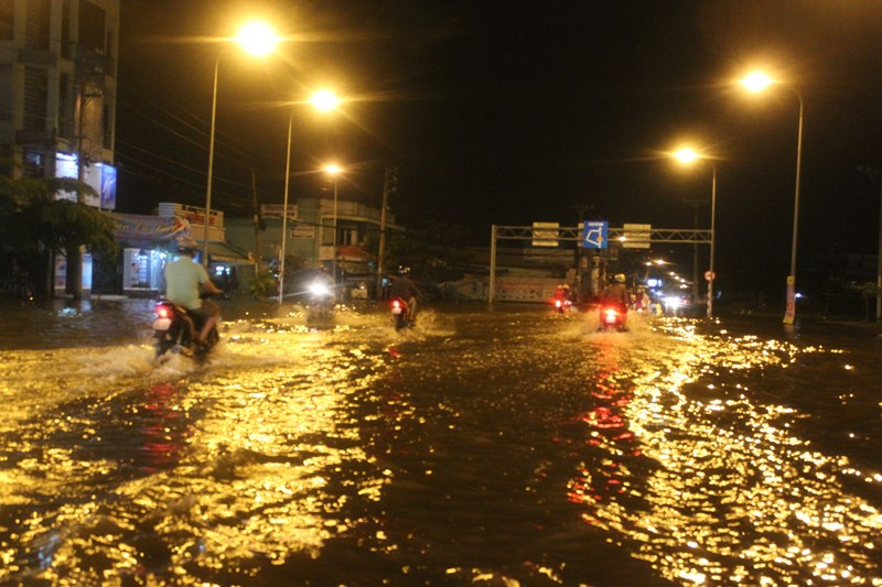 Đường phố Sài Gòn mênh mông nước, bốc mùi nồng nặc