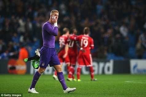 Hart có lẽ vừa... tỉnh ngủ sau trận đấu với Bayern Munich