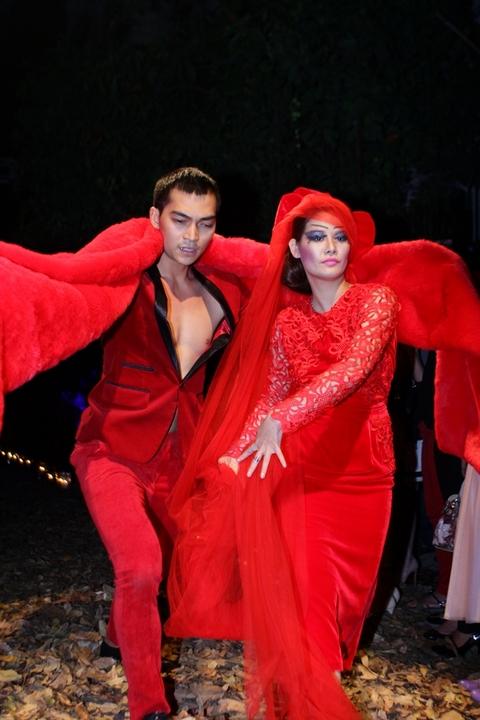 Khương Ngọc đã cùng Michiyo Phạm Ngà múa trong điệu nhạc Chầu văn.