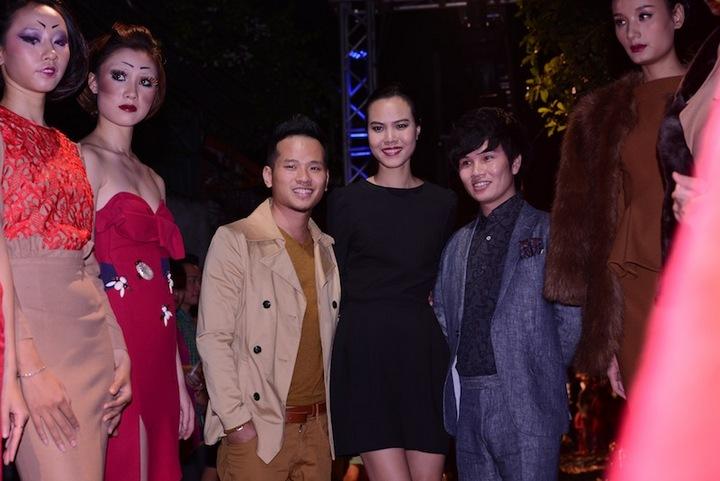 NTK Hoàng Ngân cùng ekip thực hiện show diễn thời trang.