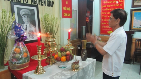 Đại diện Hội Cựu chiến binh Q.1, TP.HCM viếng Đại tướng Võ Nguyên Giáp (ảnh: N.Trinh)