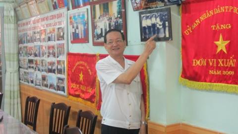 Đại tá Trần Quang Trung - Chủ tịch Hội Cựu chiến binh Q.1 nói về kỉ niệm được chụp hình chung với Đại tướng Võ Nguyên Giáp (ảnh: N.Trinh)