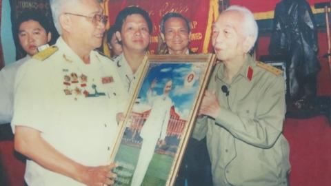 Đại tướng Võ Nguyên Giáp nhận quà kỉ niệm của Hội Cựu chiến binh Q.1, TP.HCM khi đoàn tới thăm ở nhà riêng.