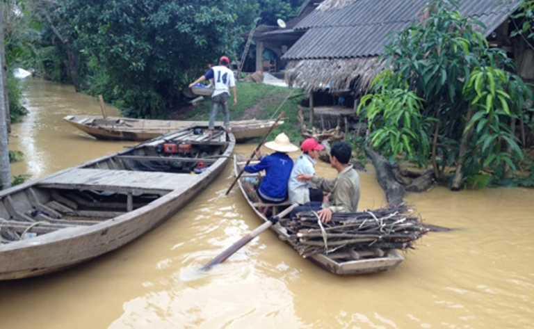 Người dân ở huyện Hương Khê phải sử dụng thuyền để đi lại. Ảnh: CATPHCM