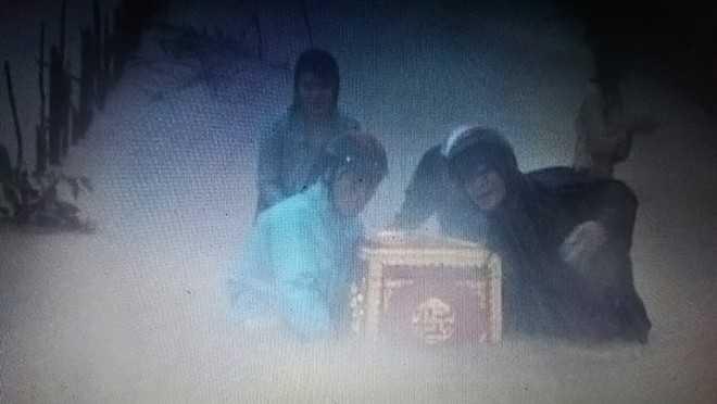 Quan tài người chết ở xã Quảng Sơn đang được thanh niên khẩn cấp di chuyển ra khỏi vùng ngập lũ. Hình từ blog Nguyễn Quang Vinh.