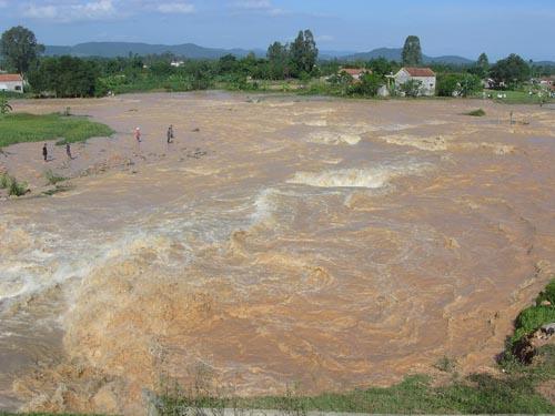 Khu vực ở thị trấn Hoàng Mai, tỉnh Nghệ An, bị ngập lụt nặng trong cơn bão số 10 vừa qua - Ảnh: NLĐ