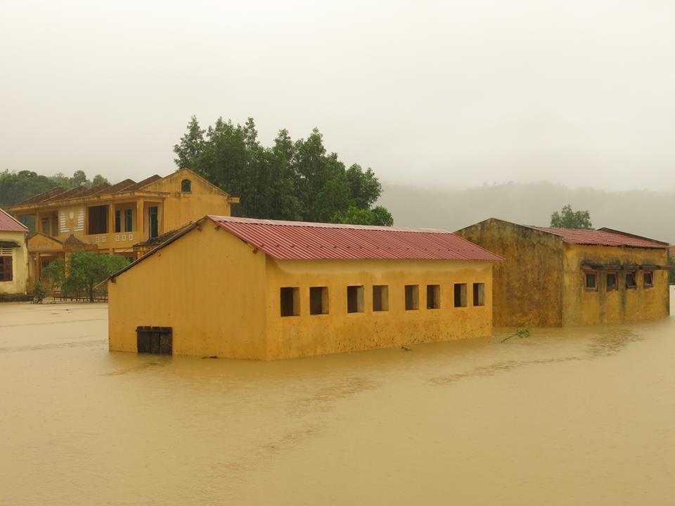 Hiện các trường học ven các con sông ở Quảng Bình đang bị ngập sâu trong nước lũ.
