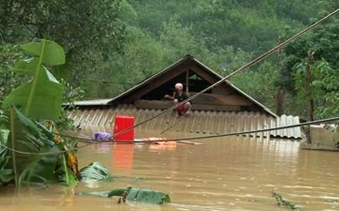 Nước lũ dâng cao gần ngập nóc nhà ở Quảng Bình. Ảnh: VNN