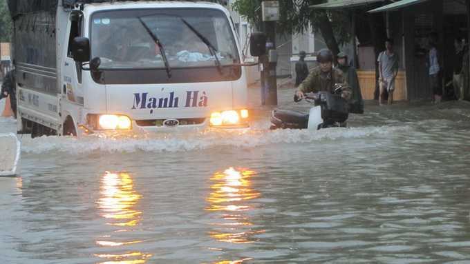 Mưa lớn khiến nhiều tuyến đường ở TP Hà Tĩnh bị ngập sâu. Ảnh: Văn Định