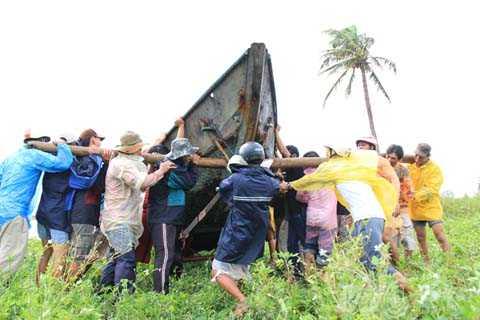 Sáng 14/10, toàn bộ tàu thuyền của ngư dân Đà nẵng đã được đưa lên bờ an toàn