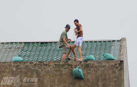 Người dân nỗ lực chằng chống nhà cửa trước khi bão đổ bộ