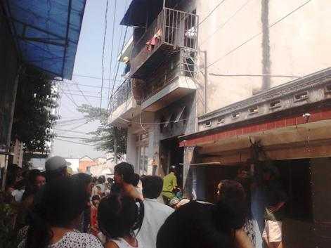 Người dân bàn tán xôn xao về vụ cháy (căn nhà có công an vào).  Ảnh: Phan Cường