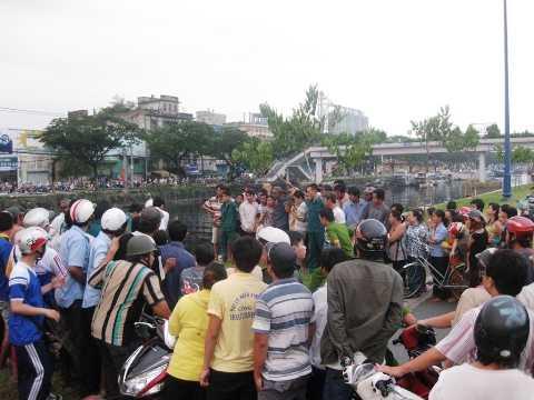 Hiện trường nơi xảy ra vụ thanh niên nhảy kênh Tàu Hủ tử tự được người dân vớt lên bờ và hàng trăm người dân hiếu kỳ vây kín xem