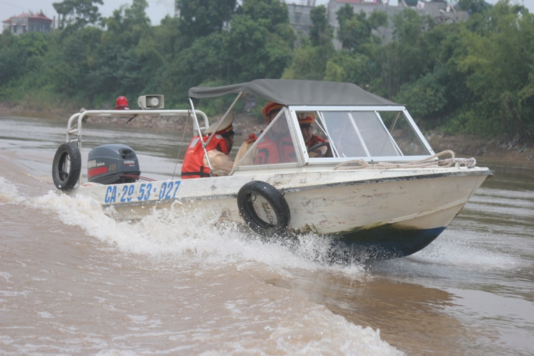 Lực lượng CSGT đường thủy tăng cường tìm kiếm dọc hạ lưu sông Hồng tìm xác nạn nhân. Ảnh HP