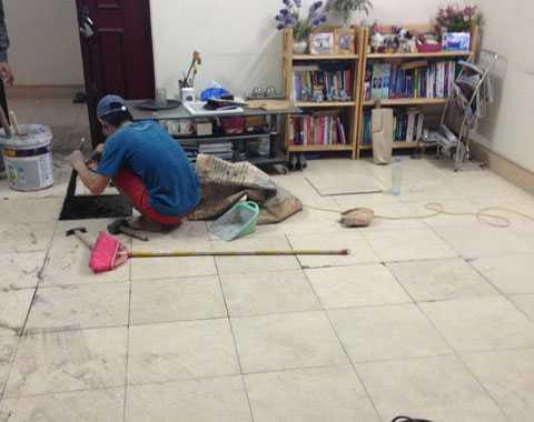 Thợ đang phải sửa chữa lại chỗ bị nứt, bật gạch. Ảnh: Châu Anh