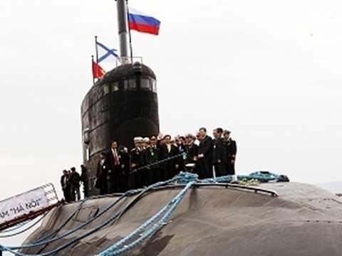 Thủ tướng Nguyễn Tấn Dũng thị sát tàu ngầm Hà Nội trong chuyến thăm Nga tháng 5/2013