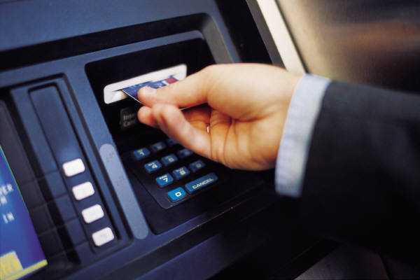 Người dân bức xúc vì chất lượng dịch vụ ATM chưa xứng với phí của dịch vụ này (Ảnh minh họa internet)