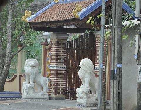 Hai con sư tử đã trước cổng nhà Nguyễn Văn Thúy