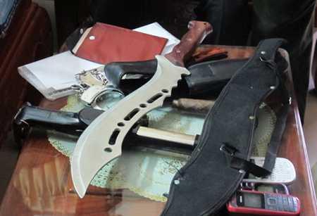 Dao, còng số 8, dùi cui điện... được tìm thấy trên xe ô tô của Thúy