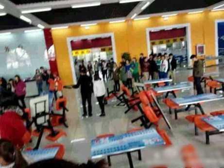Hàng trăm sinh viên tới đập phá căng tin nhà trường.