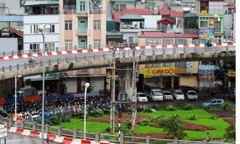 Nhánh dẫn cầu Vĩnh Tuy cũng được tận dụng tối đa để trông giữ xe.