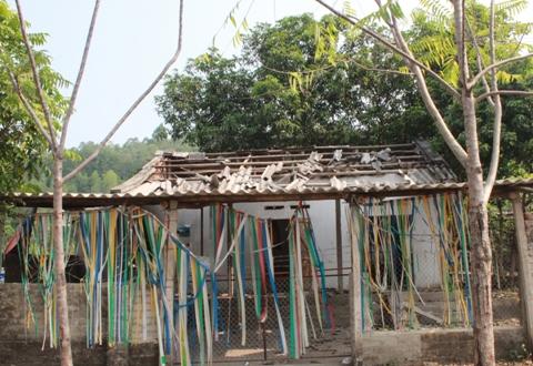 Một ngôi nhà tan hoang sau vụ nổ, chủ nhân của nó vẫn đang đi sơ tán.