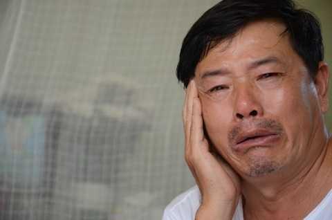 Ông Hà Đình Trọng òa khóc khi kể lại sự việc kinh hoàng.