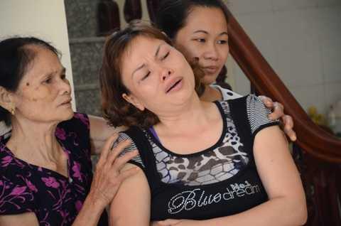 Người phụ nữ đau đớn trước cái chết thương tâm của người chồng trong vụ nổ.
