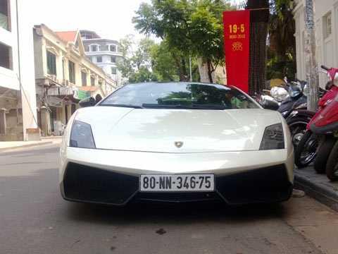 Chi phí nuôi chiếc biển ngoại giao của chiếc Lamborghini Gallardo LP570-4 Superleggera tại Hà Nội này chắc chắn không rẻ và việc né thuế cho các siêu xe bằng loại này hiện nay là cực khó. Ảnh Autogespot.