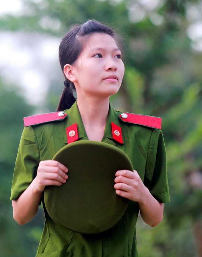 Hồng Lam đã từng phải sống xa bố mẹ từ khi còn rất nhỏ.