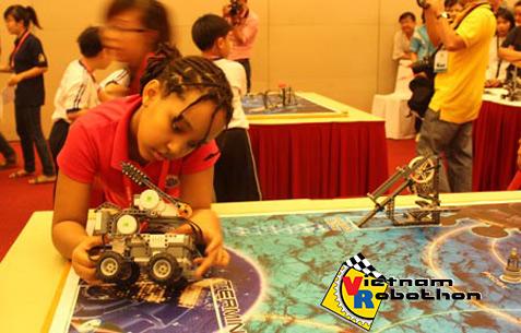 Thí sinh Malaysia thi robotics tại Mỹ Đình