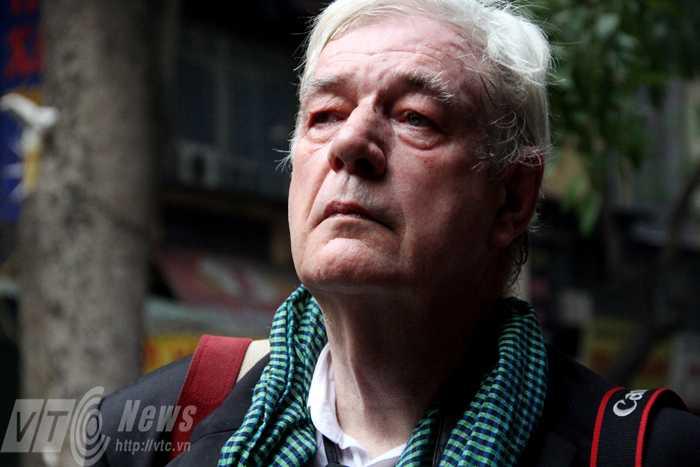 Phóng viên ảnh Tim Page xúc động hướng vào nhà tang lễ quốc gia số 5 Trần Thánh Tông (Ảnh: Phạm Thịnh)