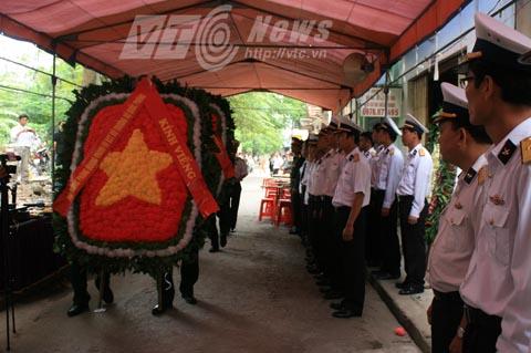 Đại tướng Phùng Quang Thanh và Thượng tướng Ngô Xuân Lịch gửi vòng hoa đến viếng và chia buồn cùng gia đình tang quyến trung úy Đinh Văn Nam - Ảnh Minh Khang