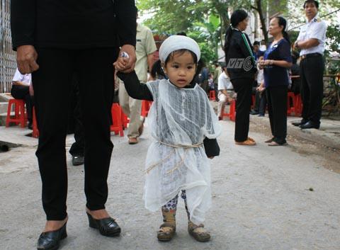 Con gái Trung úy Đinh Văn Nam mới 20 tháng tuổi chịu tang cha - Ảnh Minh Khang