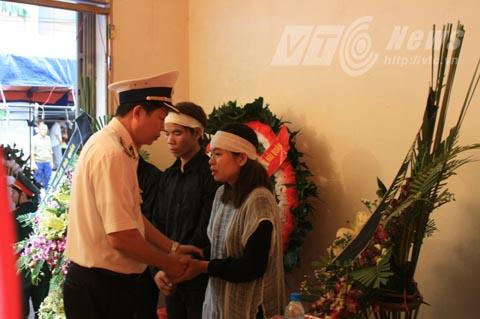 Lãnh đạo Bộ Tư lệnh Hải quân chia buồn cùng gia đình Trung úy Đinh Văn Nam - Ảnh Minh Khang