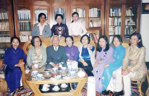 Đại tướng Võ Nguyên Giáp và phu nhân tiếp thân mật lãnh đạo Hội Phụ nữ Quảng Bình.