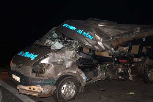 Chiếc xe khách nát bét sau khi tông vào xe tải