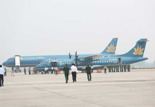 Chuyên cơ ATR72 (cánh quạt) chở linh cữu Đại tướng tại sân bay Nội Bài vào sáng nay 10-10 để thực hiện tổng duyệt Lễ đưa tang. Ảnh: Mạnh Duy