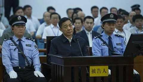 Bạc Hy Lai trước Tòa án Nhân dân Tế Nam ngày 26/8. (Ảnh: Tân Hoa Xã)