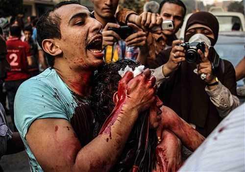 Các cuộc đụng độ giữa người biểu tình và quân đội chính phủ Ai Cập cuối tuần trước đã làm chết ít nhất 50 người