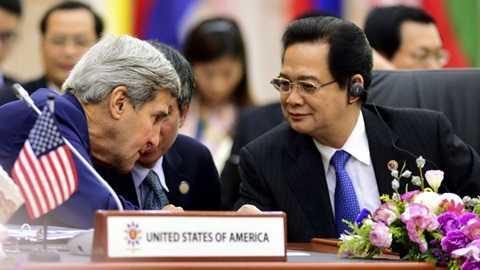 Thủ tướng Nguyễn Tấn Dũng và Ngoại trưởng Mỹ John Kerry tại diễn đàn Đông Á sáng nay - Ảnh: Reuters