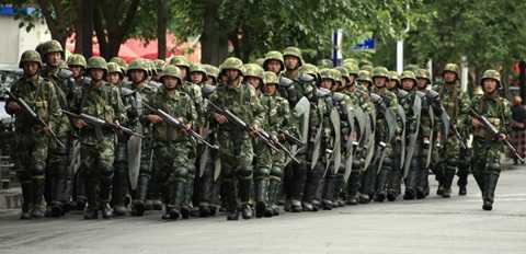 Cảnh sát Trung Quốc tuần tra ở một khu vực tại Tân Cương Ảnh: Reuters