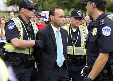 Dân biểu Luis Gutiérrez bị cảnh sát ở Quốc hội Mỹ bắt giữ trong cuộc biểu tình ở Washington (Ảnh: AP)