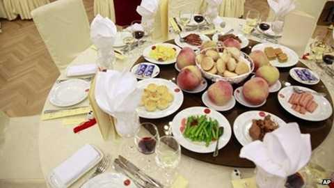 Bàn tiệc có cả những món ăn đắt tiền như hải sâm và bào ngư. (Ảnh minh họa: AP)