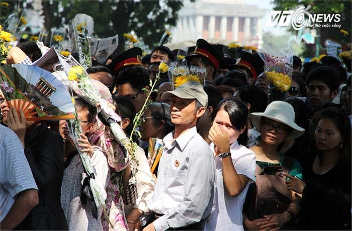 Đồng bào đến viếng Đại tướng Võ Nguyên Giáp tại số nhà 30 Hoàng Diệu, Hà Nội. (Ảnh chụp sáng 8/10).
