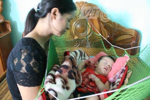 Đã bao ngày, bao đêm người mẹ này ngồi nhìn 2 đứa con đau đớn mà bất lực - Ảnh Minh Khang
